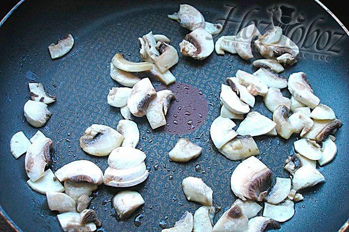 Обжарьте шампиньоны на растительном масле