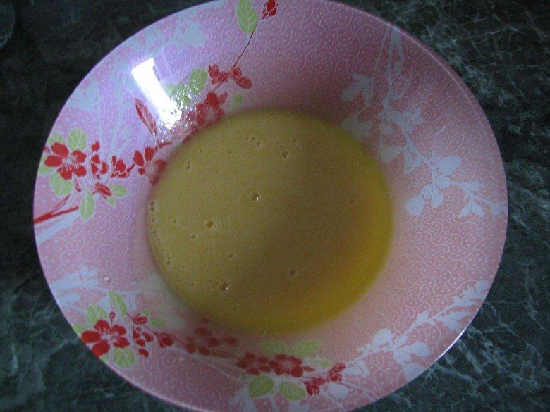 После растворения, слейте массу в глубокую тарелку