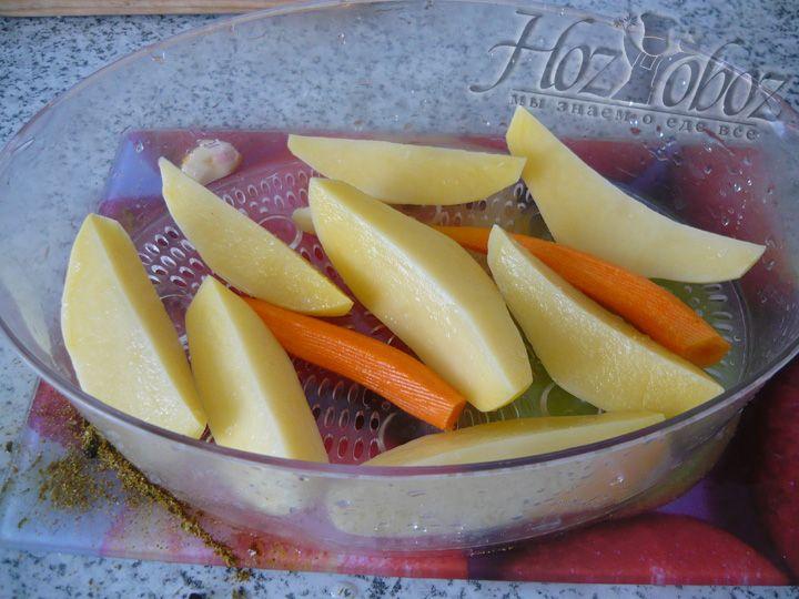 Выкладываем картошку в пароварку и готовим около 20-ти минут