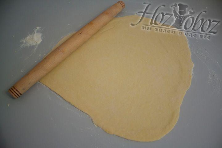 Раскатываем скалкой до толщины 2-4 мм