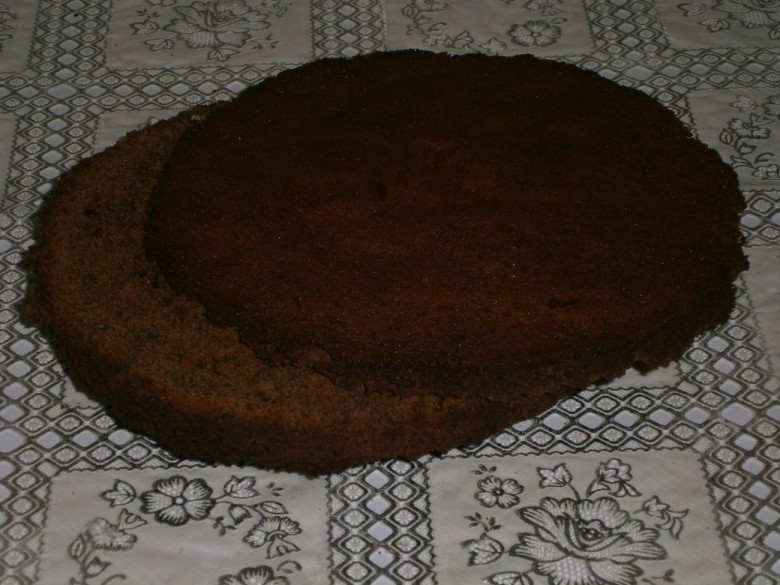 После того как бисквит остынет, срежьте с него верхушку