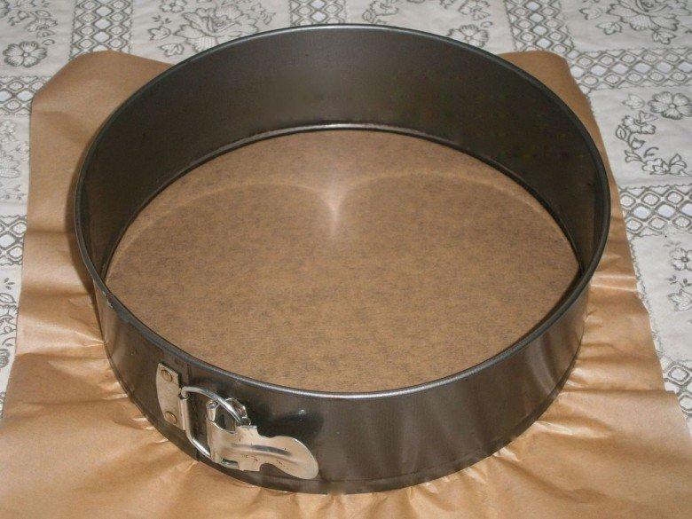 Застелите круглую форму для выпечки пергаментной бумагой
