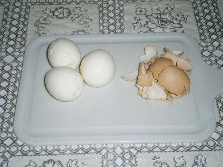 Сварите и очистите куриные яйца