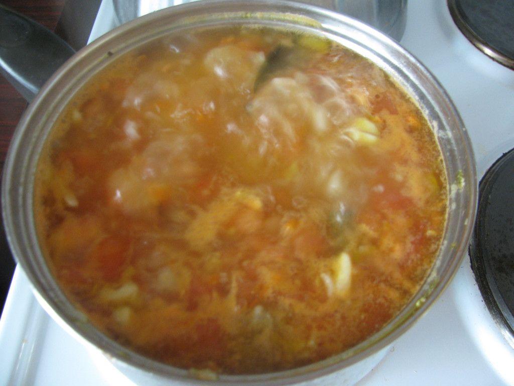 После того как картошка и рис отварены, добавляем томатную пасту
