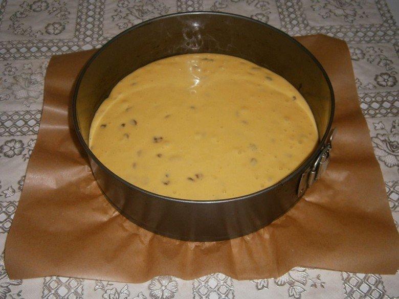 Перелейте тесто для сметанника в форму для выпечки и равномерно распределите