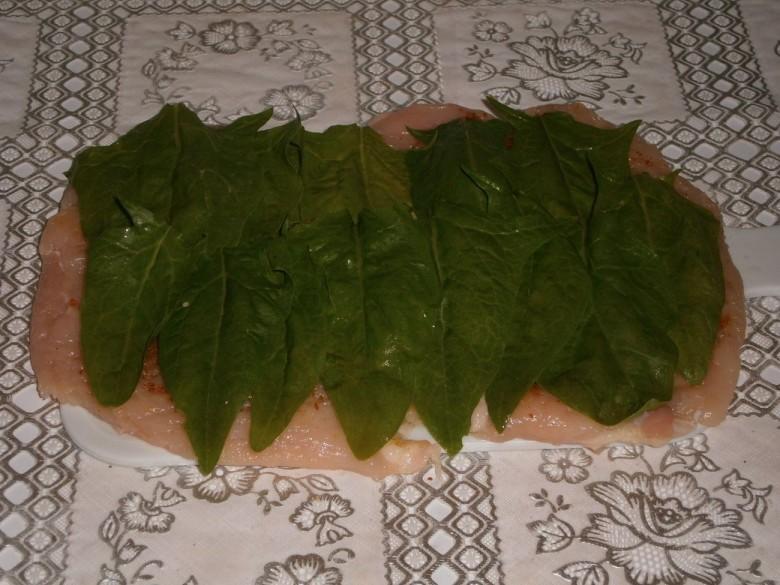 Выложите листья шпината поверх мяса для мясного рулета