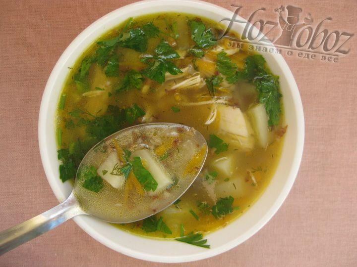 Украсьте гречневый суп зеленью перед подачей на стол