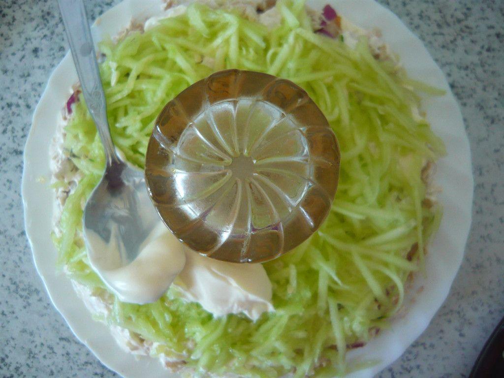 Выкладываем на салат огуречный слой и так же смазываем майонезом