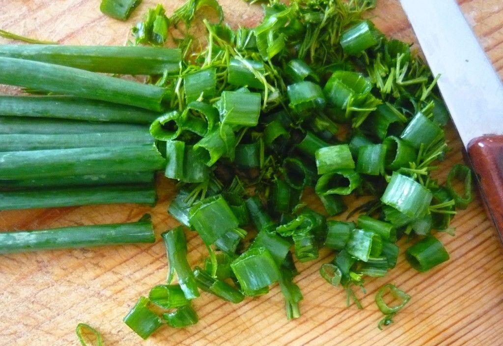 Нарезаем зелень и добавляем в суп