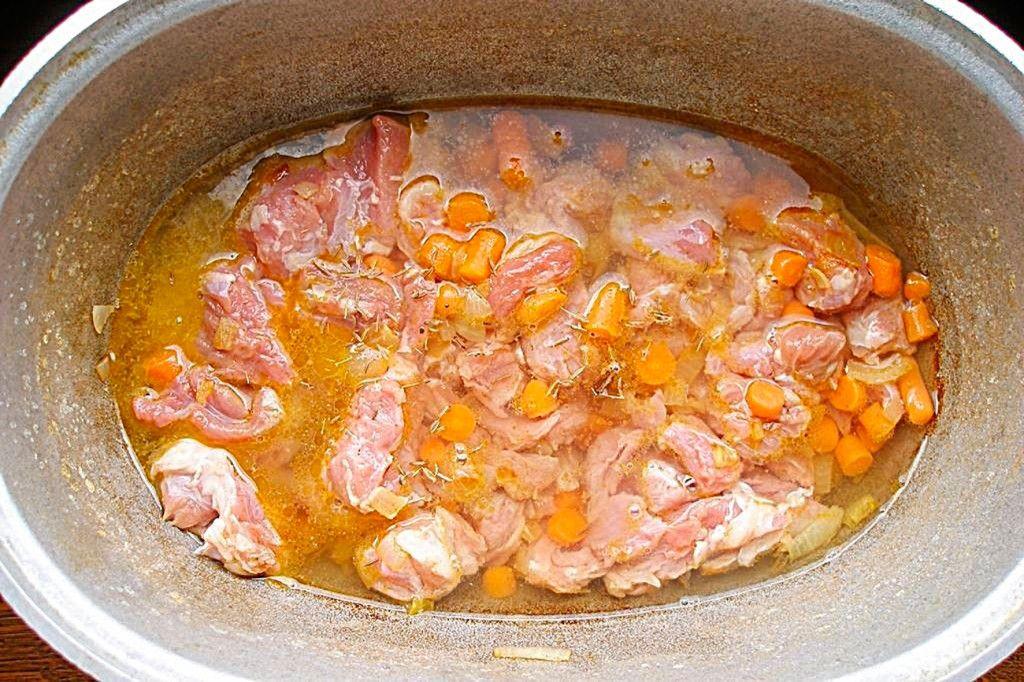 Залейте мясо водой и добавьте тмин