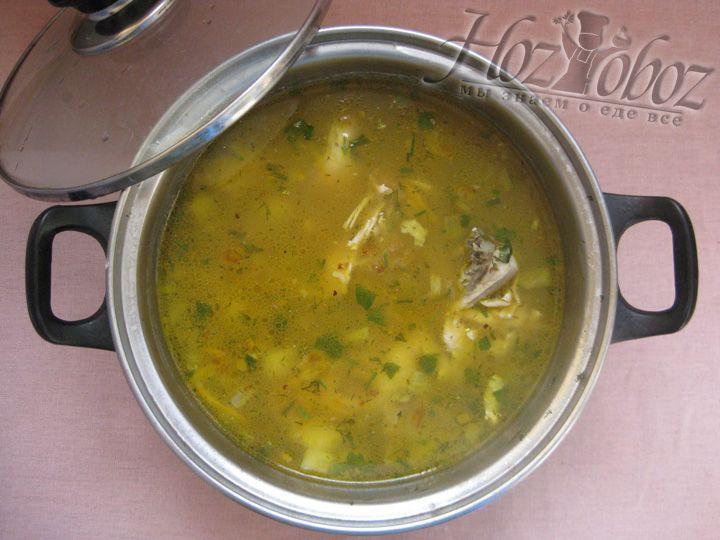 После готовности гречневого супа, добавьте в кастрюлю специи и пряности