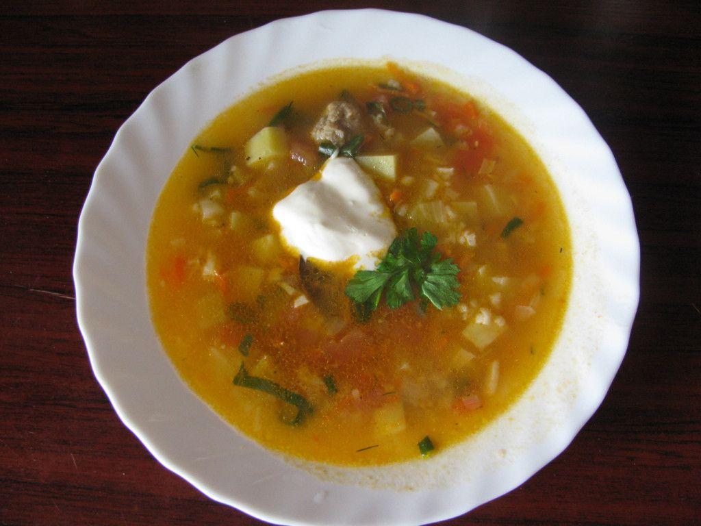 Перед подачей на стол украсьте суп зеленью и добавьте сметаны