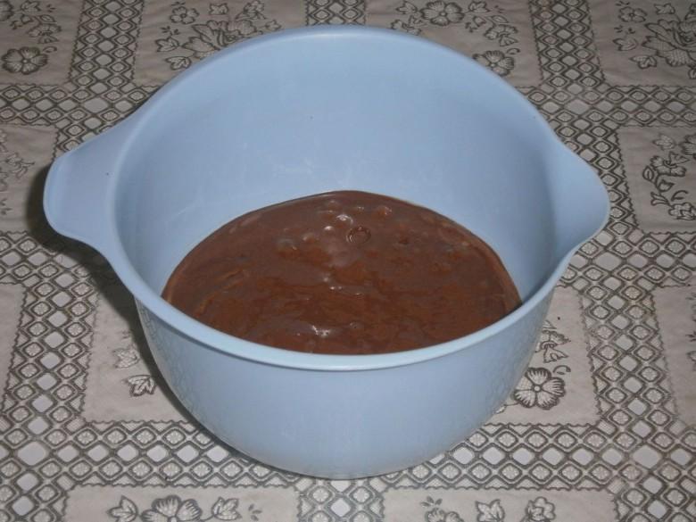 Всыпьте в тесто пшеничную мугу и какао-порошок