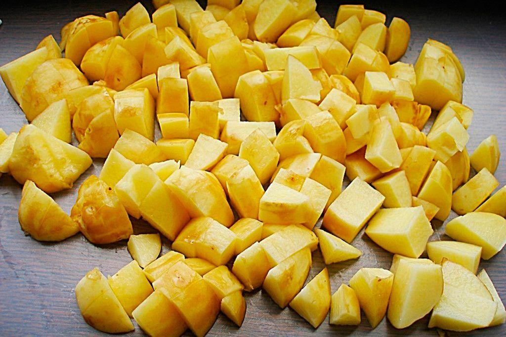 Тем временем очистите и нарежьте картофель