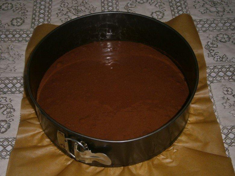 Перелейте тесто в круглую форму для выпечки