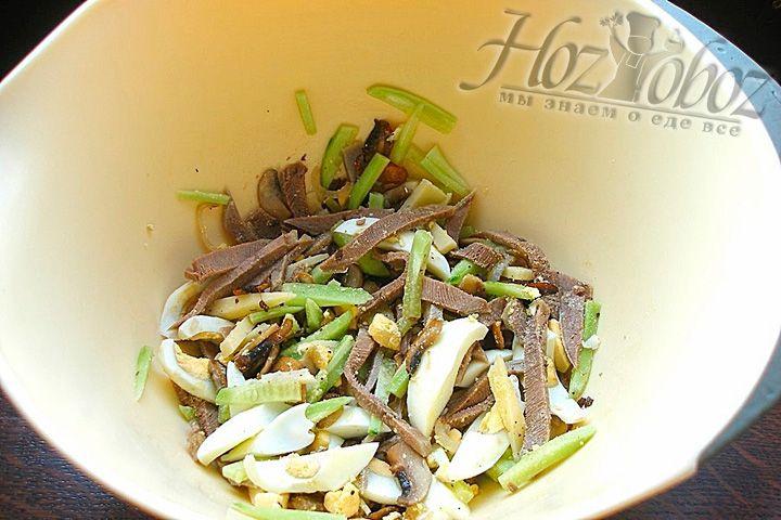 Смешайте все ингредиенты салата с языком в салатнице, посолите и поперчите