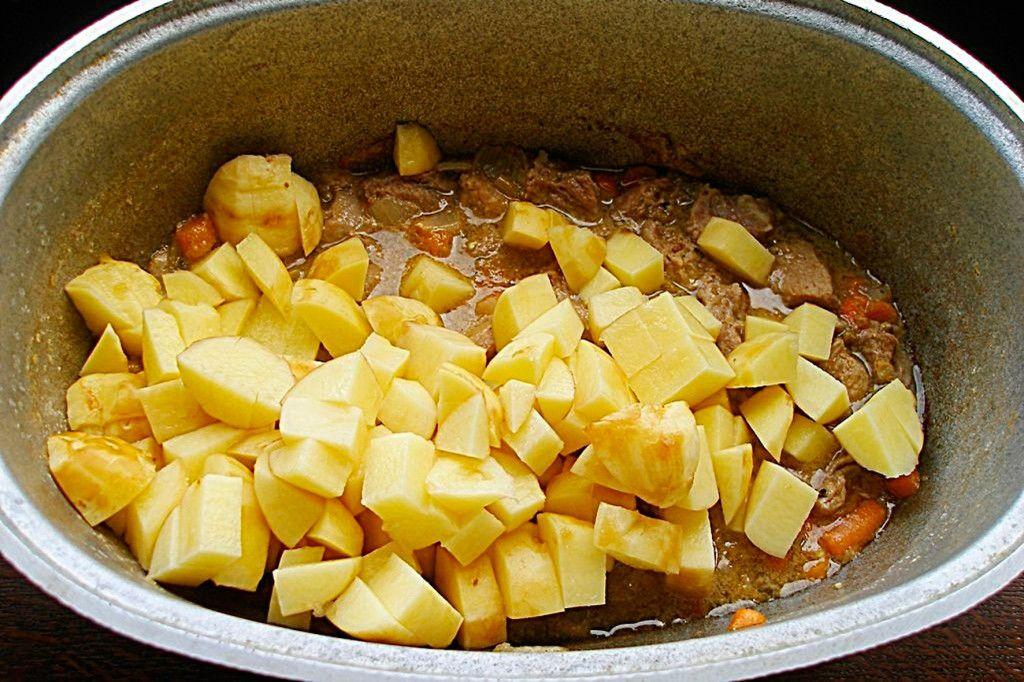 Засыпаем картофель в казан и готовим на медленном огне