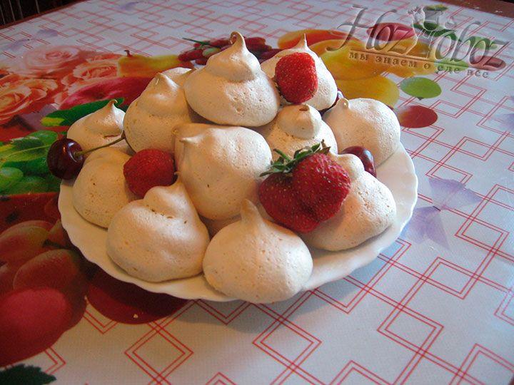 По желанию украсьте меренги ягодами
