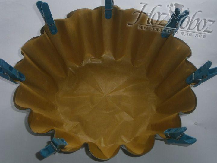 Застелите форму для выпечки бананового прога пергаментной бумагой