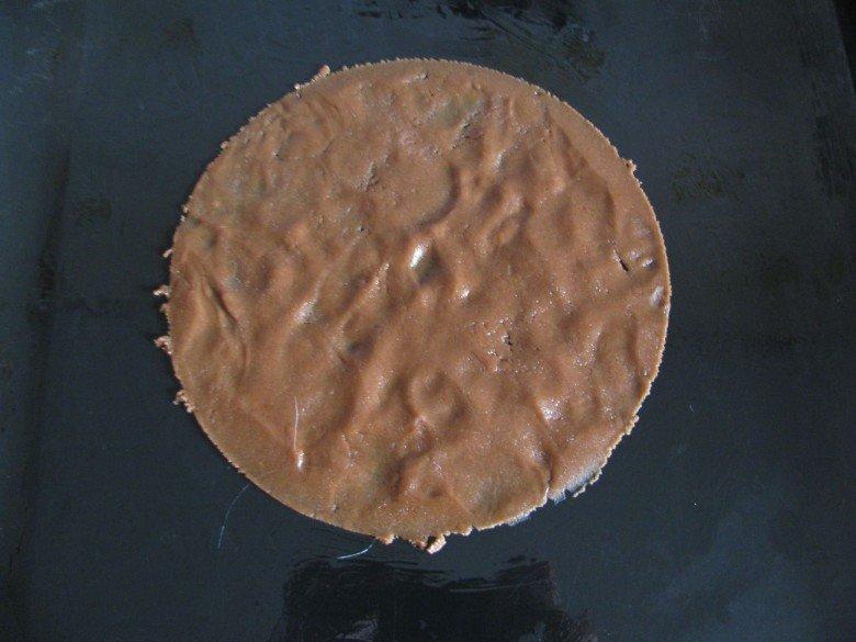Смажьте проивень маслом, после чего раскатайте один кусочек теста, далее, используя тарелку или крышку от кастрюли, вырежьте ровный круг из теста