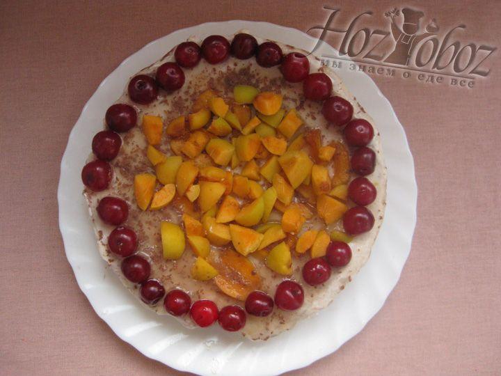 Спустя 12 часов, вынимаем торт из формы. Сверху украшаем свежими фруктами и ягодами. Можно их залить желе