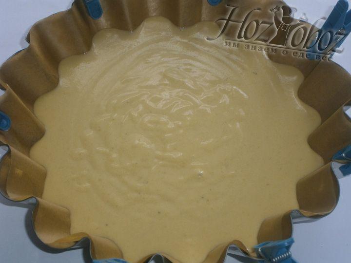 Выливаем тесто в форму для выпечки