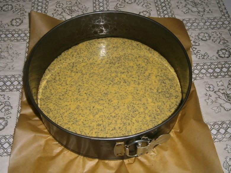 Перелейте маковое тесто для торта сметанника в ту же круглую форму и запеките в духовке