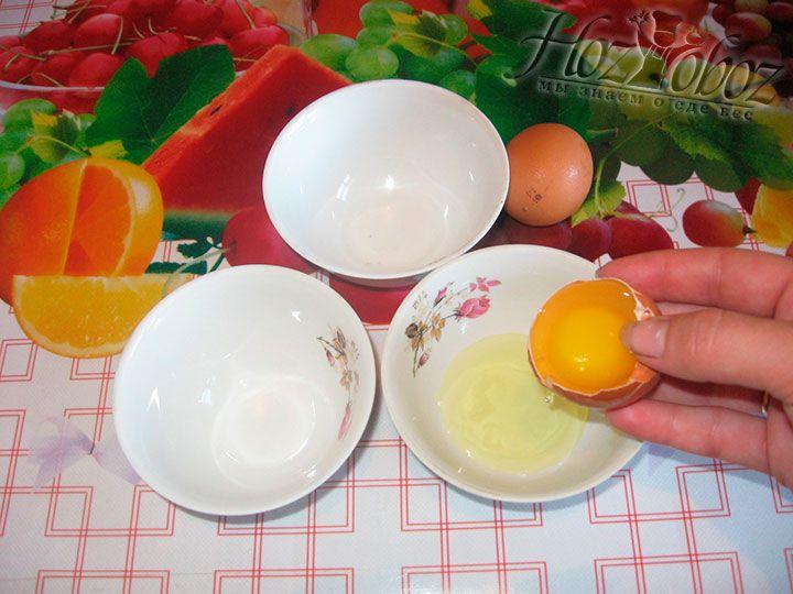 Разбейте одной яйцо