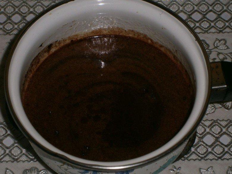 Сделайте огонь меньше и подмешайте к ним какао и 1 чайную ложку настоянного коньяка