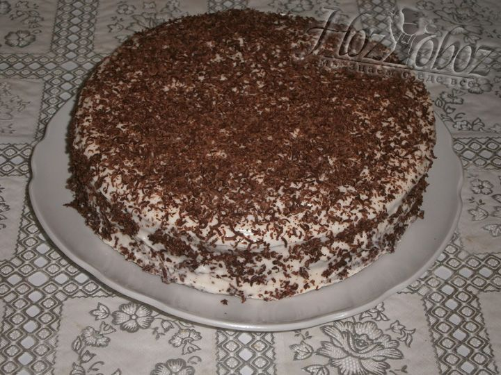 Украсьте торт шоколадной крошкой