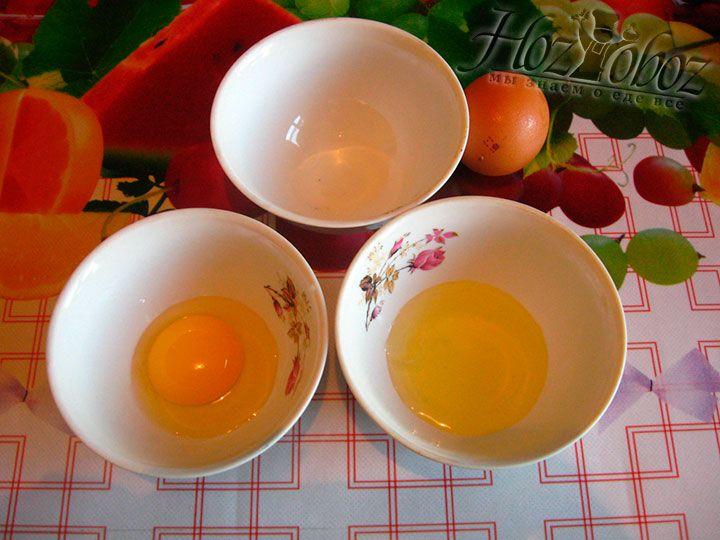 Проверьте свежесть и чистоту белка и перелейте его в 3-ю миску