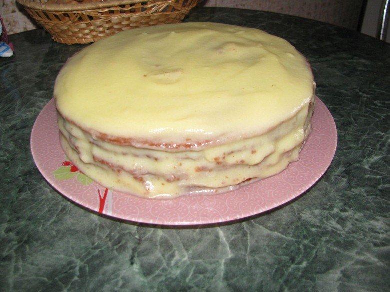 После сборки всех коржей, смарже бока торта кремом