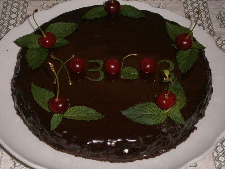 Украсьте готовое блюдо листьями мяты и ягодами вишни