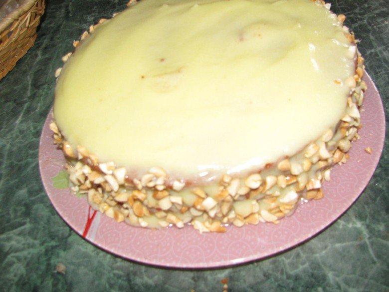 Присыпьте бока торта измельченными орехами