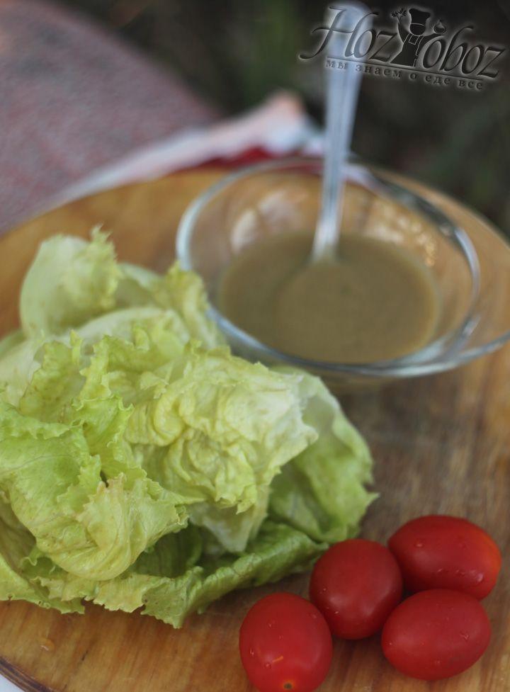 Подготовьте помидоры и листья салата
