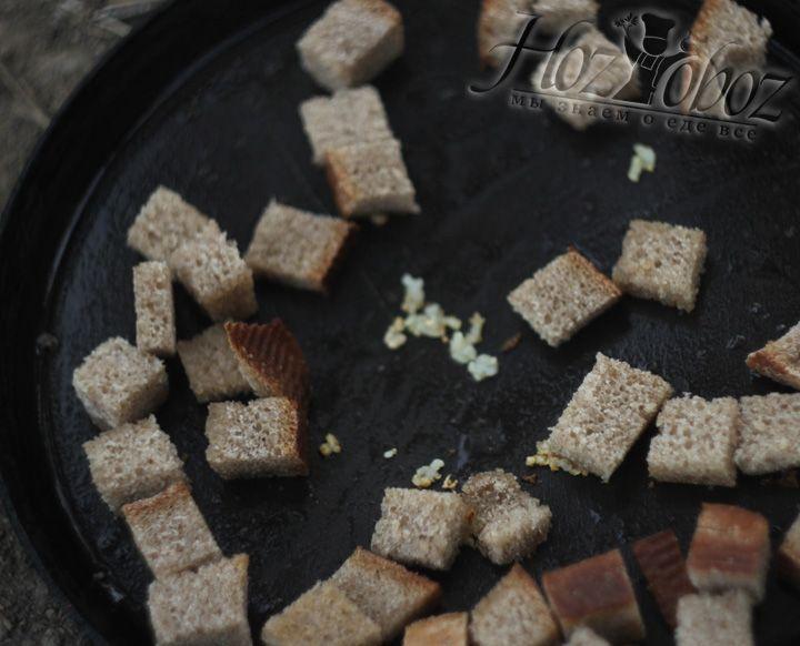 Далее добавляем хлеб и продолжаем обжаривание, постоянно помешивая