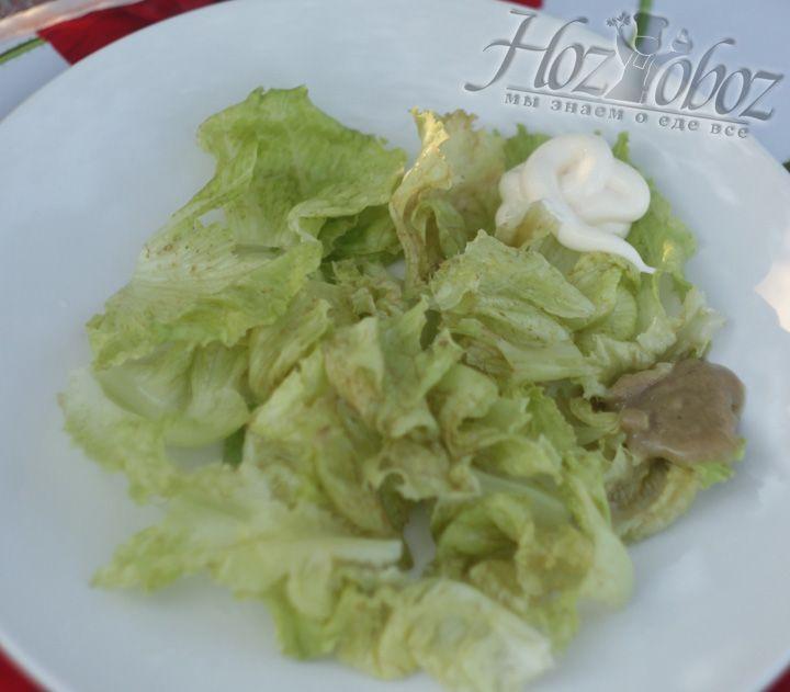 Рвем руками листовой салат и добавляем соус