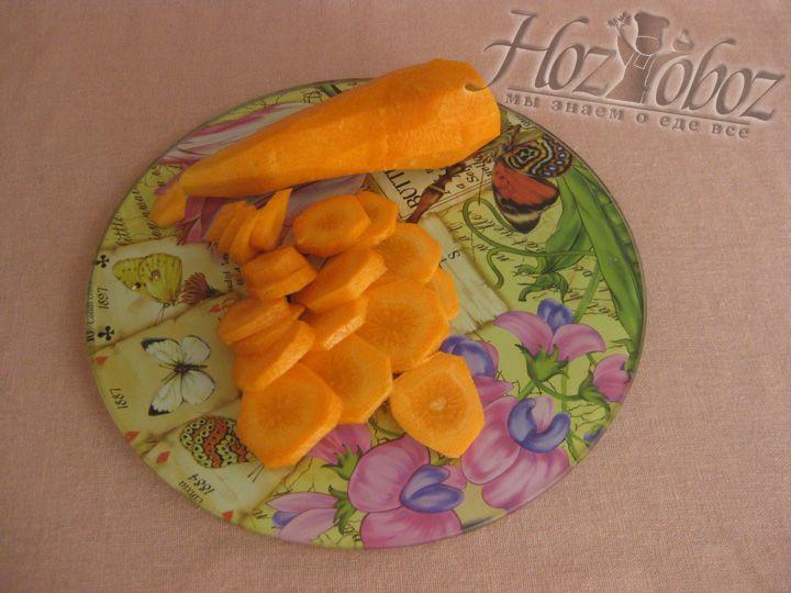 Очистите и нарежьте кружочками морковку