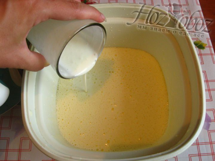 Соединяем взбитые в пену яйца и кефир
