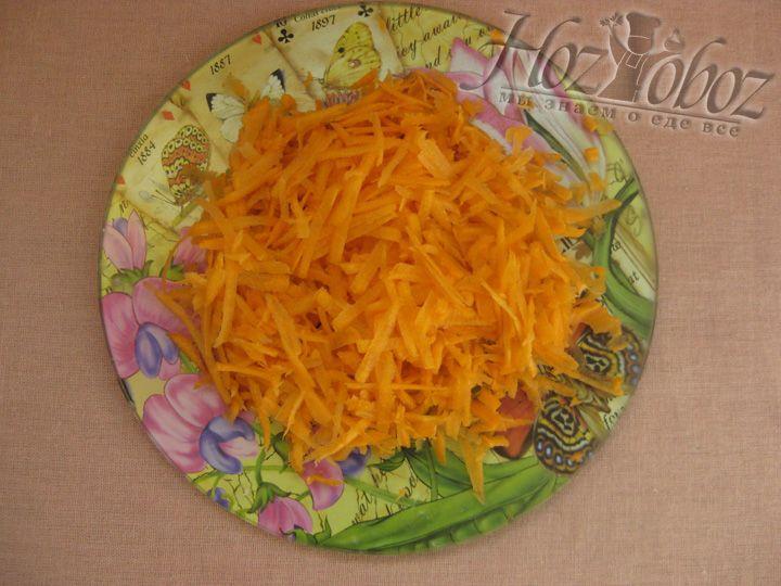 Почистите, вымыйте и натрите на терку морковь для гречневого супа