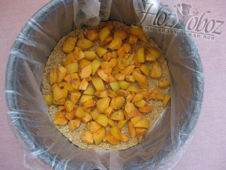 Равномерно выкладываем фрукты на корж из печенья