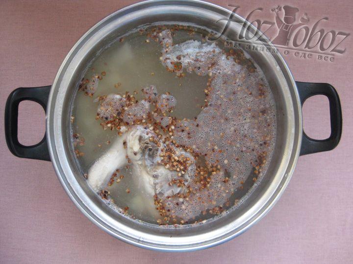 Как картофель будет готов - добавляйте в суп гречку