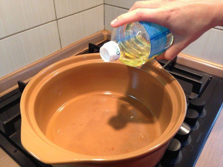 Наливаем в кастрюлю растительно масло