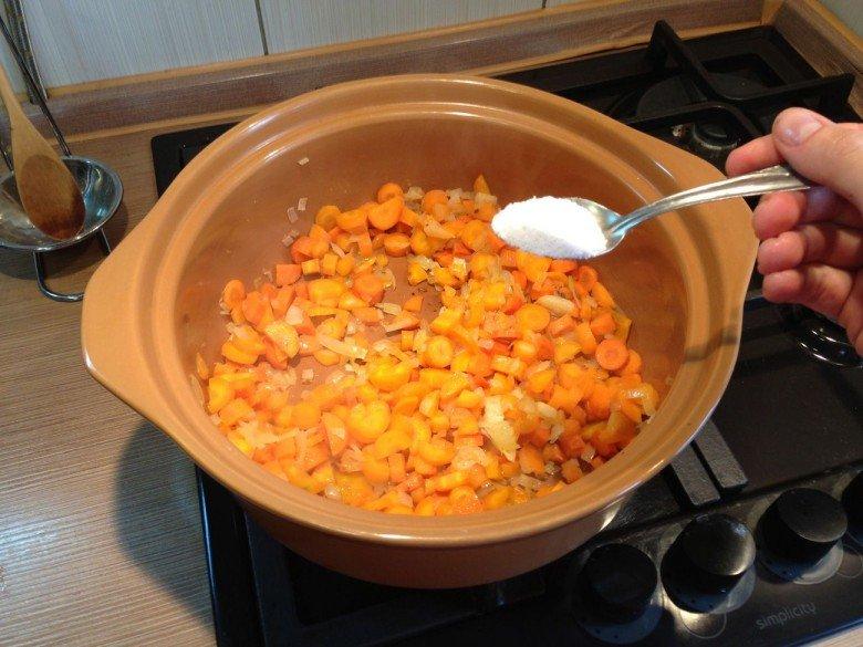 Солим лук и морковь