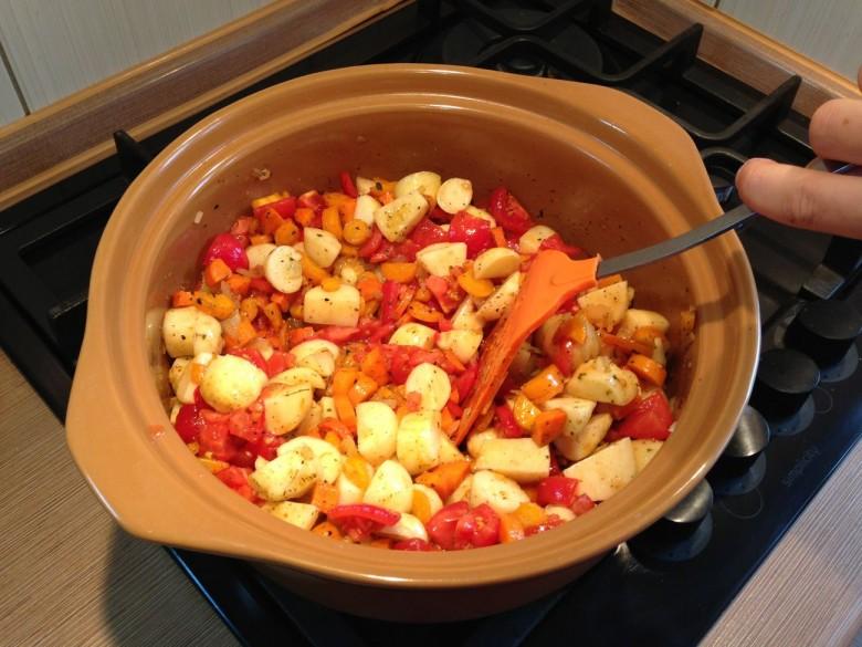 Добавляем помидоры и опять перемешиваем