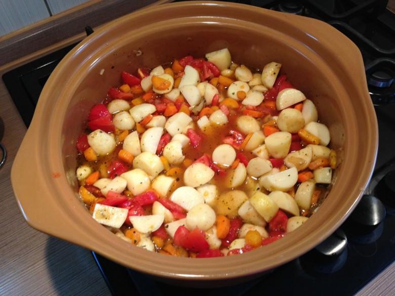 Добавляем воду и оставляем овощи тушиться примерно на 10 минут