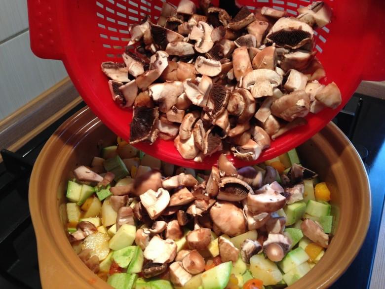Моем и режем грибы