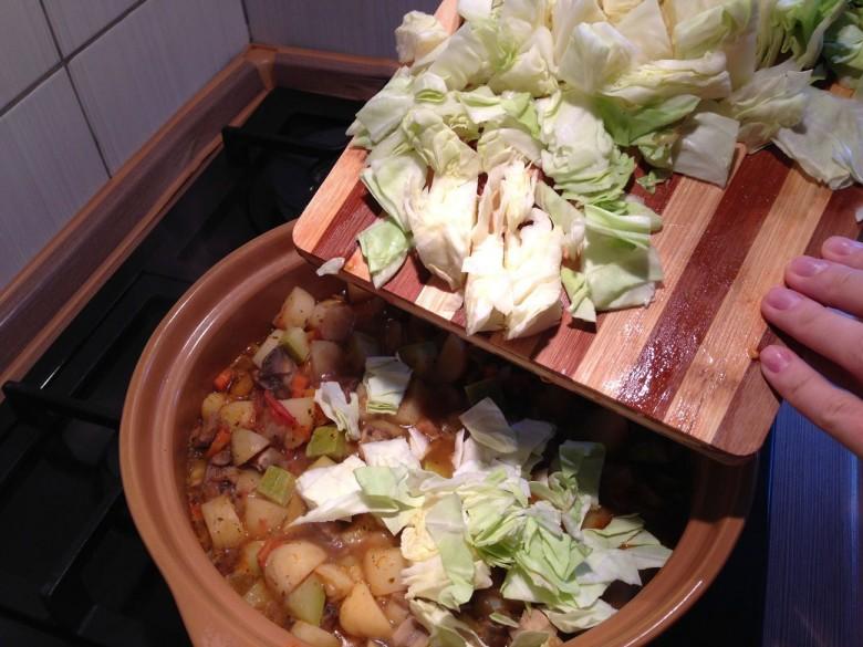 В последнюю очередь за 5-7 минут до готовности необходимо добавить капусту
