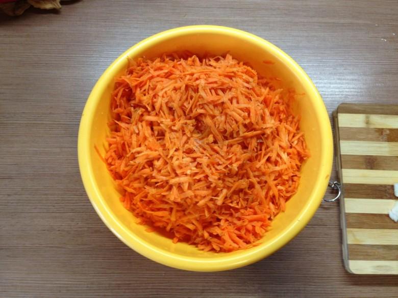Натираем на крупной терке морковь