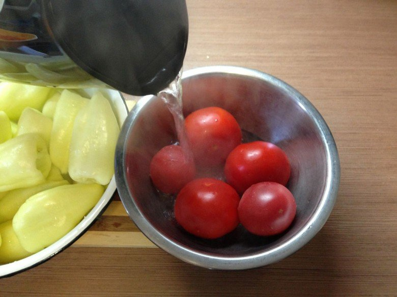Кладем в другую миску пять помидоров и тоже заливаем их кипятком так, чтоб их покрыла вода на 10 минут